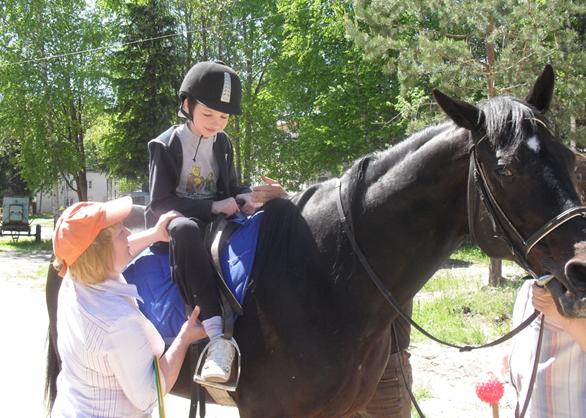 Посадка на лошадь ребенка