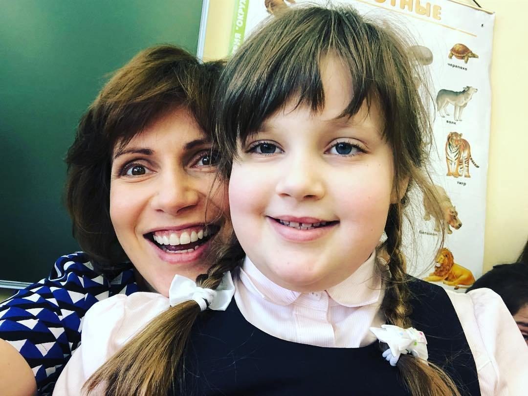 Фото Зейлановой с дочкой в школе