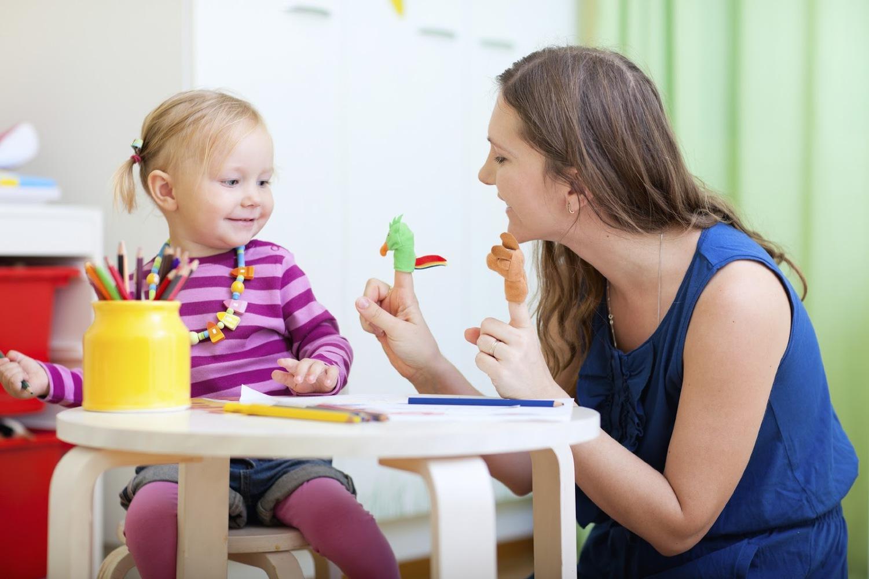 Занятие дефектолога в садике с ребенком