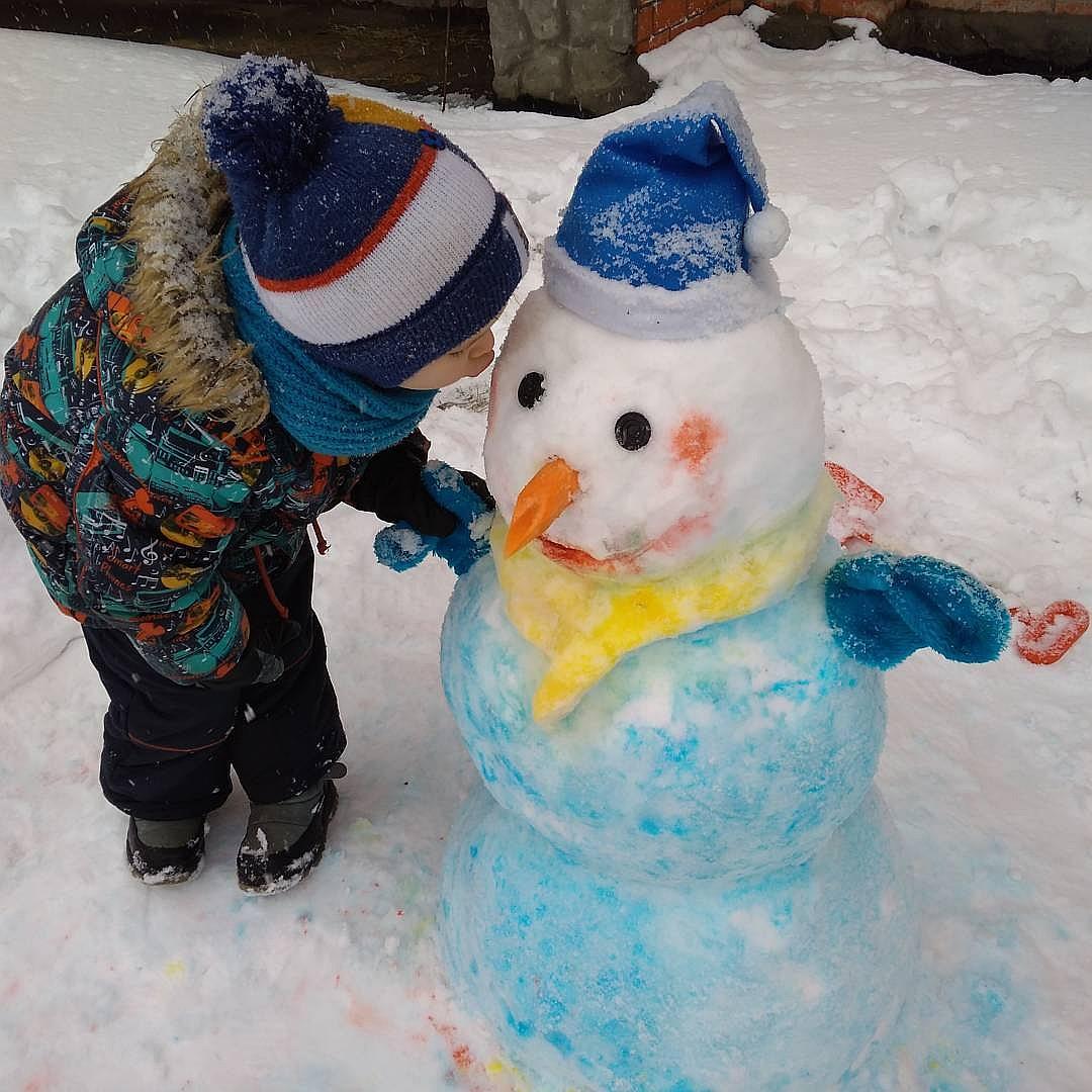 Лепка снеговика на улице фото